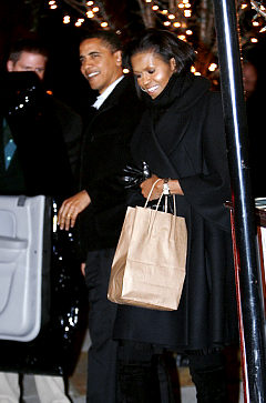 "U.S. President Barack Obama and first lady Michelle Obama depart ""Table 52"" restaurant after enjoying a Valentine's Day dinner together in Chicago February 14, 2009.    REUTERS/Kevin Lamarque"
